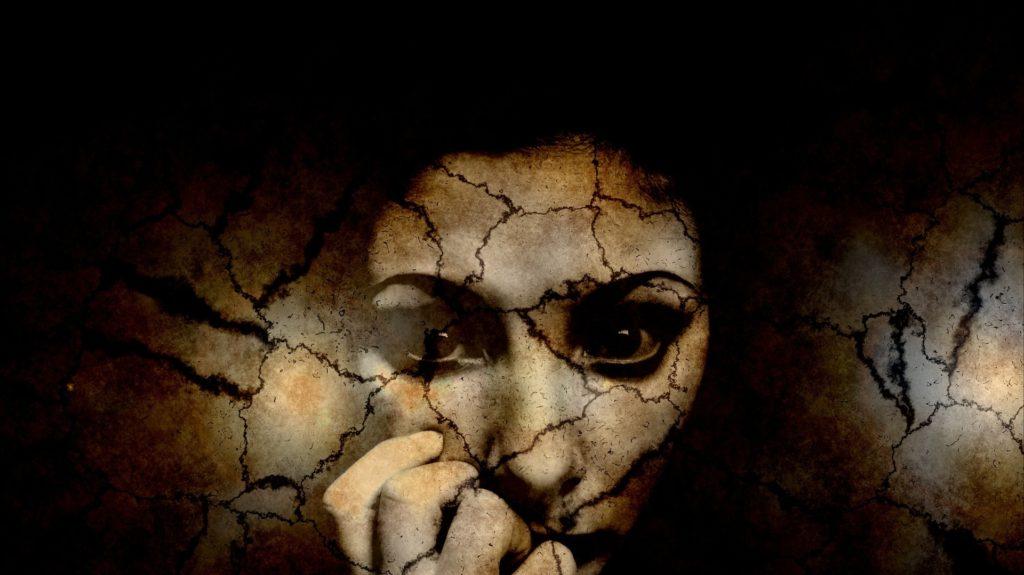 viso di donna squarciato